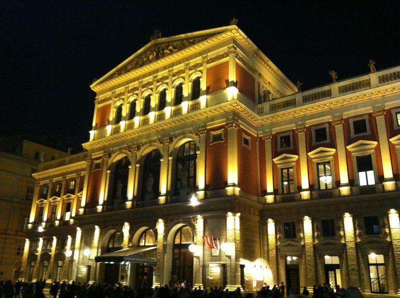 オーストリア ウィーン ウィーン楽友協会ホール 夜 ライトアップ
