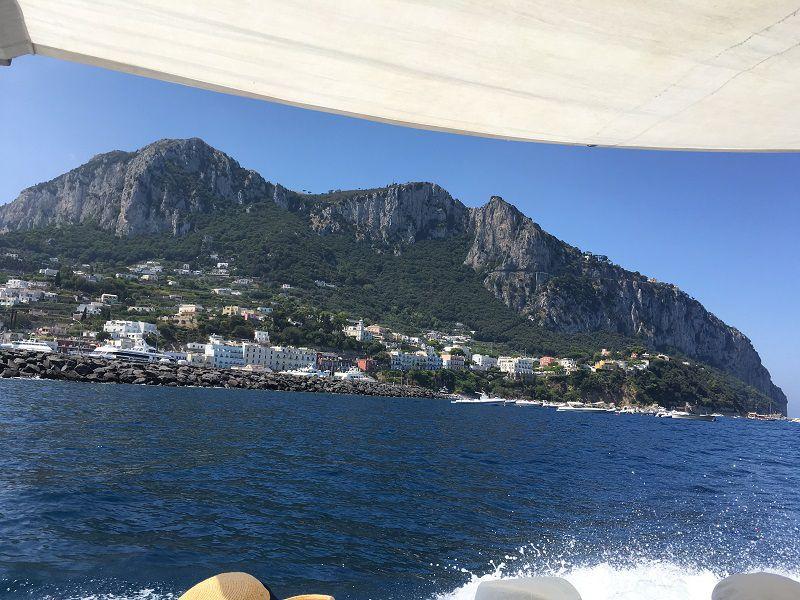 イタリア カプリ島 青の洞窟への小型船からの眺め カプリ島