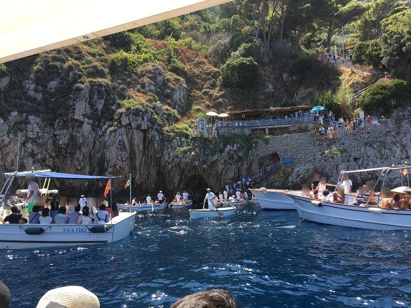 イタリア カプリ島 青の洞窟入り口前