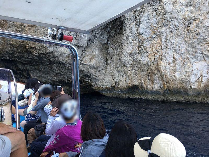 イタリア カプリ島 青の洞窟近くのサンゴ礁を見ようとしている様子