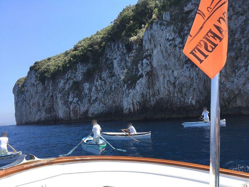 イタリア カプリ島 青の洞窟から戻るボート