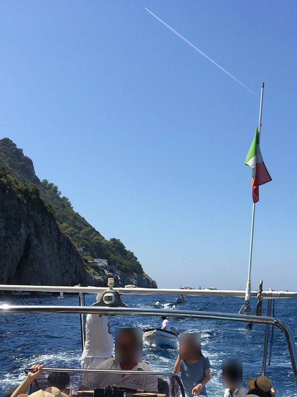 イタリア カプリ島 青の洞窟から戻るボートの引率