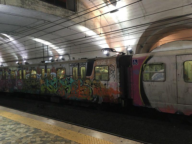 イタリア ローマ 地下鉄 落書き電車