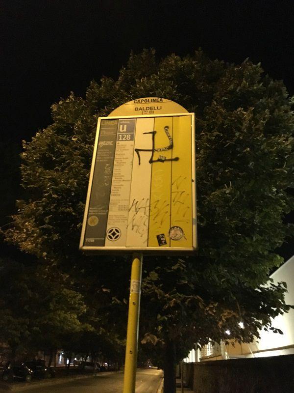 イタリア ローマ 落書きバス停
