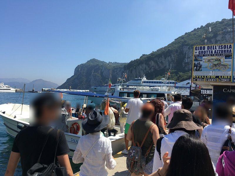 イタリア カプリ島 青の洞窟への小型船乗車