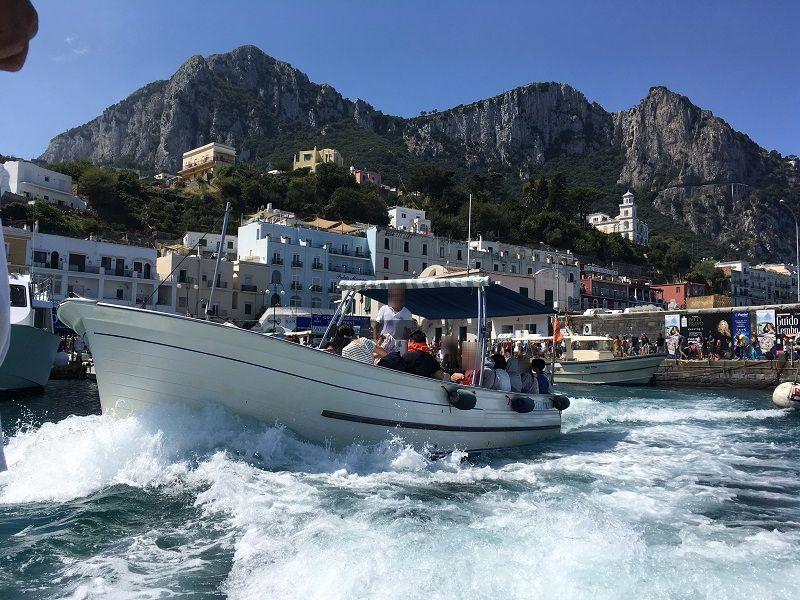 イタリア カプリ島 青の洞窟への小型船1