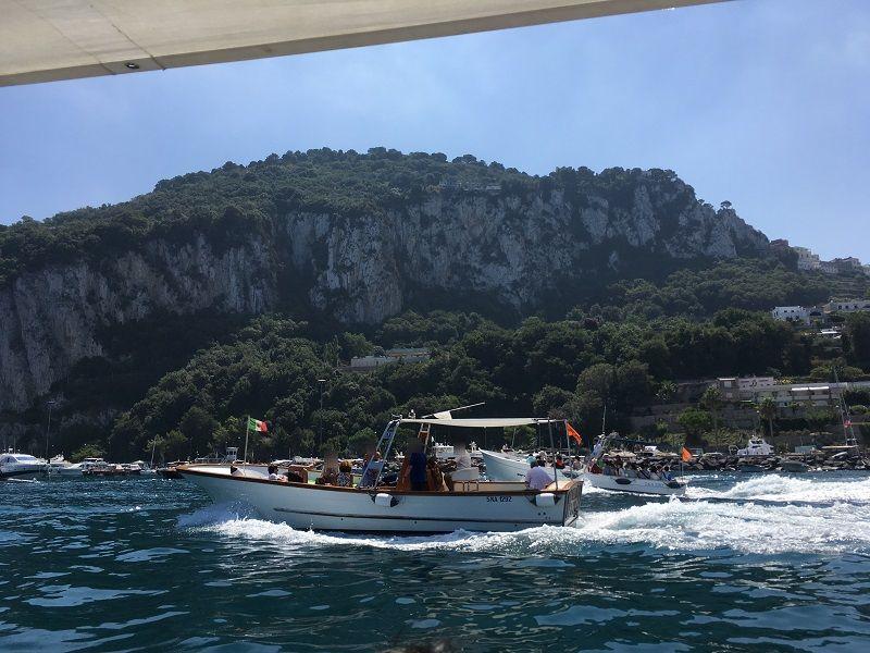 イタリア カプリ島 青の洞窟への小型船2