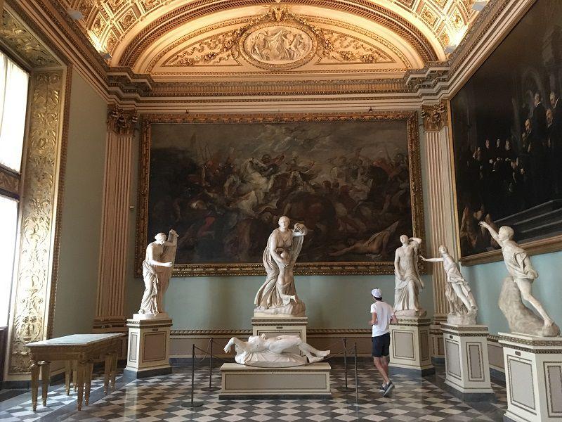 イタリア フィレンツェ ウフィツィ美術館 お手上げと仰向け