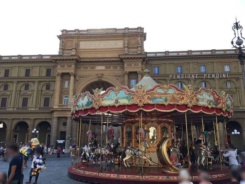 イタリア フィレンツェ 共和国広場 凱旋門とメリーゴーランド