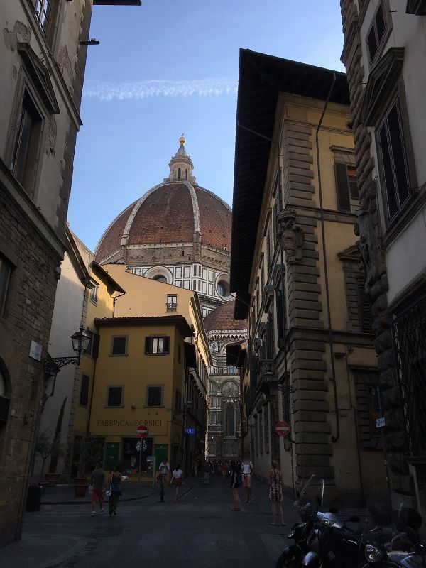 イタリア フィレンツェ ドゥオーモ サンタ・マリア・デル・フィオーレ大聖堂 街中からの眺め