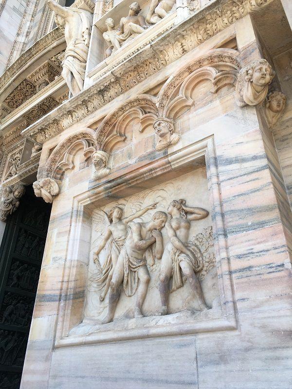イタリア ミラノ ドゥオーモ おっぱいを見る人晒す人