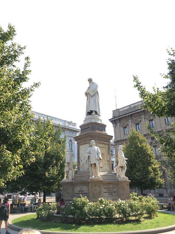 イタリア ミラノ スカラ広場 レオナルド・ダ・ヴィンチ像