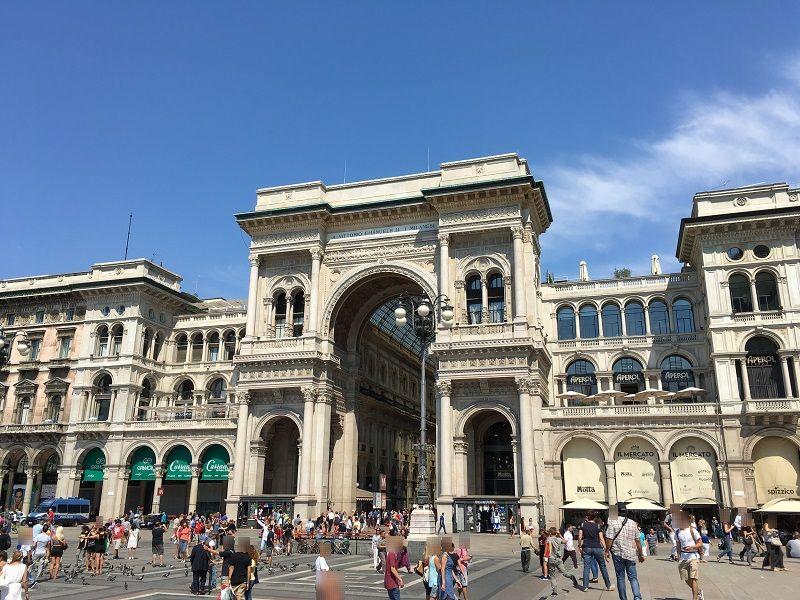 イタリア ミラノ ヴィットーリオ・エマヌエーレ2世のガッレリア 門
