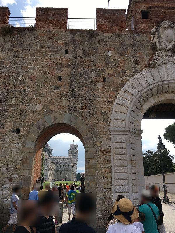 イタリア ピサの斜塔 門からの眺め
