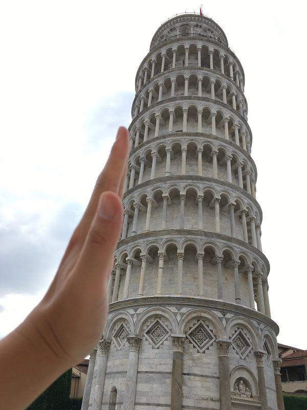 イタリア ピサの斜塔 手で倒す