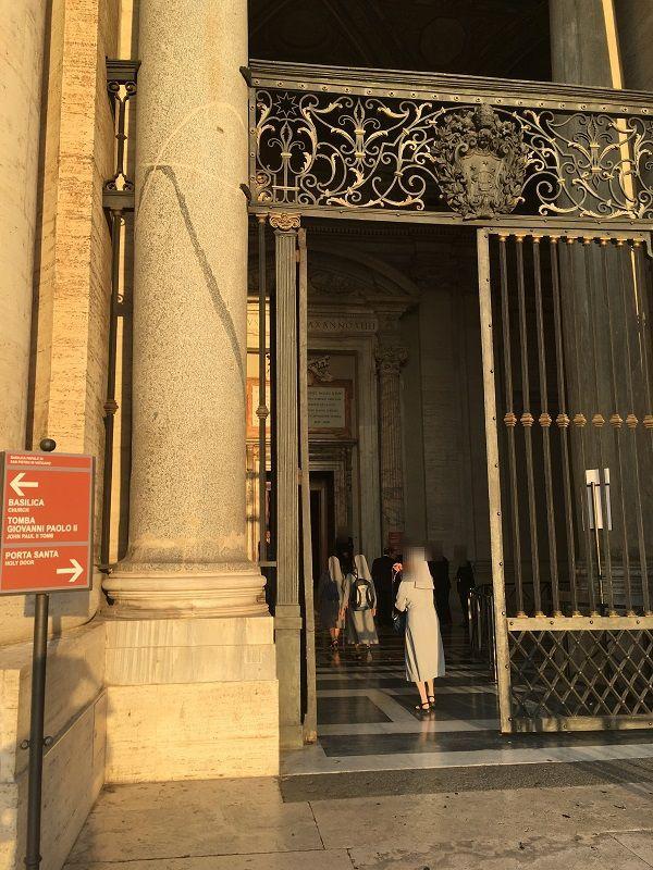 イタリア ローマ バチカン市国 サン・ピエトロ大聖堂 聖なる扉の前の門