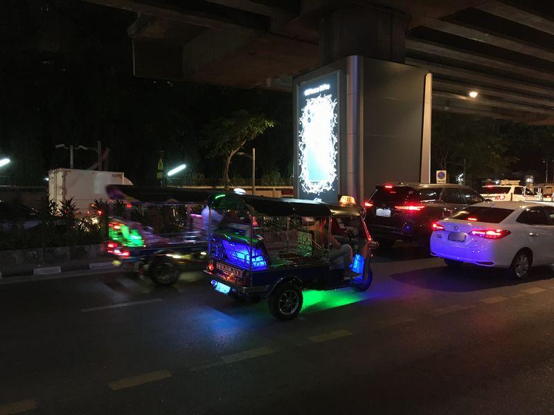タイ バンコク トゥクトゥク 夜