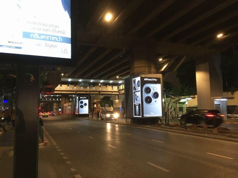 タイ バンコク 道路 柱に広告