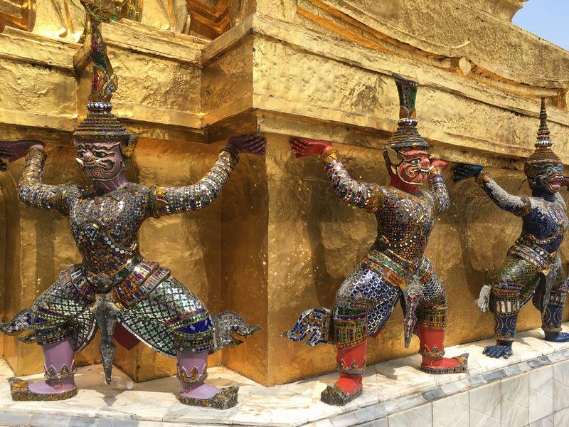 タイ バンコク ワット・プラケオ プラ・スワンナ・チェディ 仏塔 ヤック モック 像
