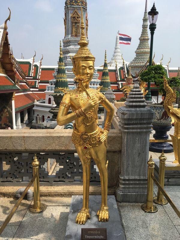 タイ バンコク ワット・プラケオ キンナリー 金の像 Thepnorasingha