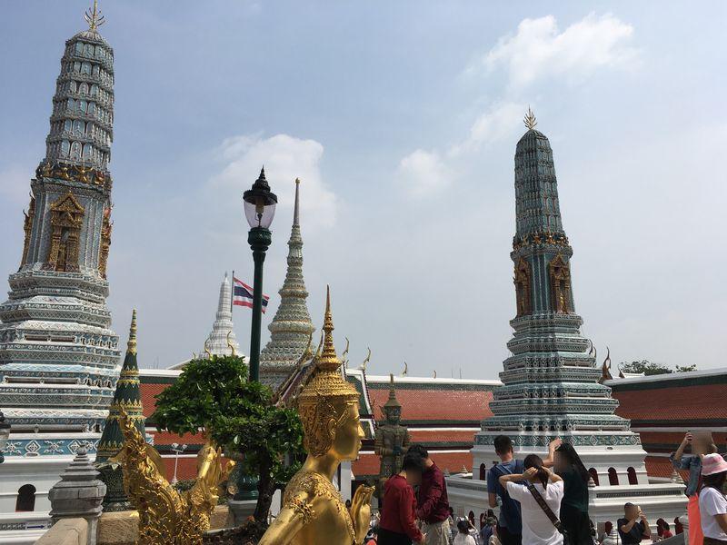 タイ バンコク ワット・プラケオ キンナリー 金の像 仏塔