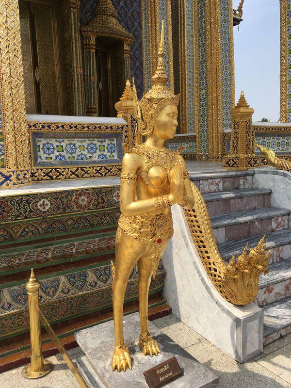 タイ バンコク ワット・プラケオ キンナリー 金の像 Apsarasi