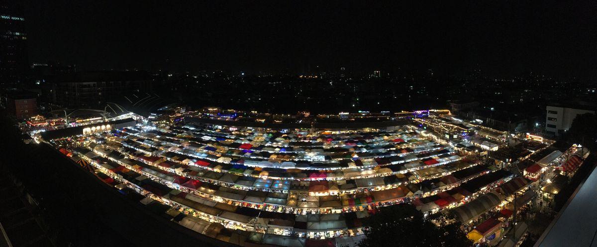 タイ バンコク ナイトマーケット タラート・ロットファイ・ラチャダー エスプラネード 駐車場 景色 テント