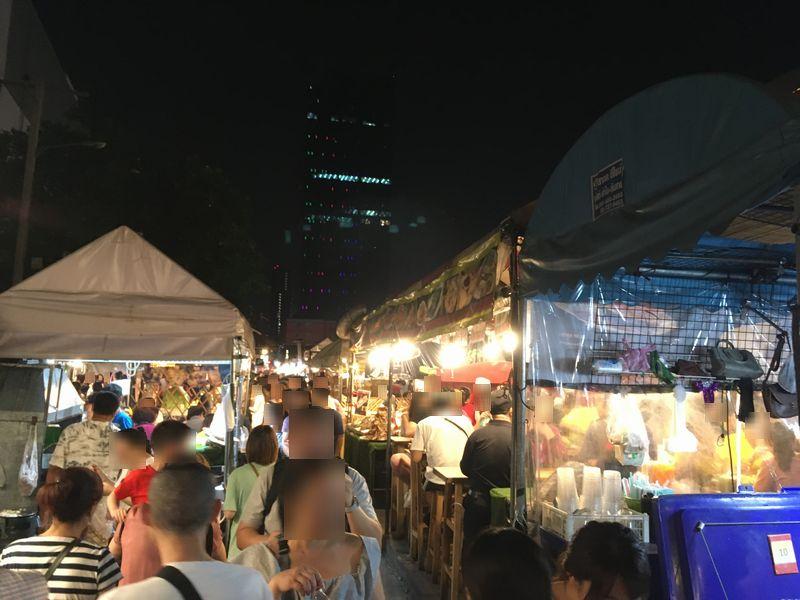 タイ バンコク ナイトマーケット タラート・ロットファイ・ラチャダー 屋台