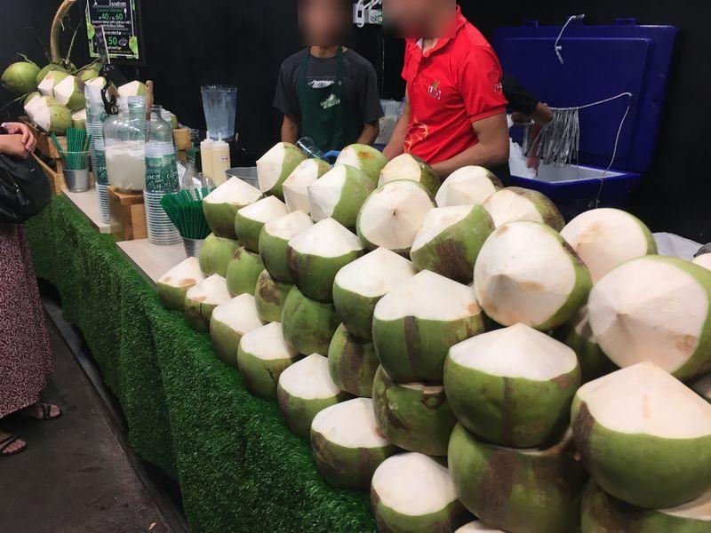 タイ バンコク ナイトマーケット タラート・ロットファイ・ラチャダー 屋台 ココナッツ