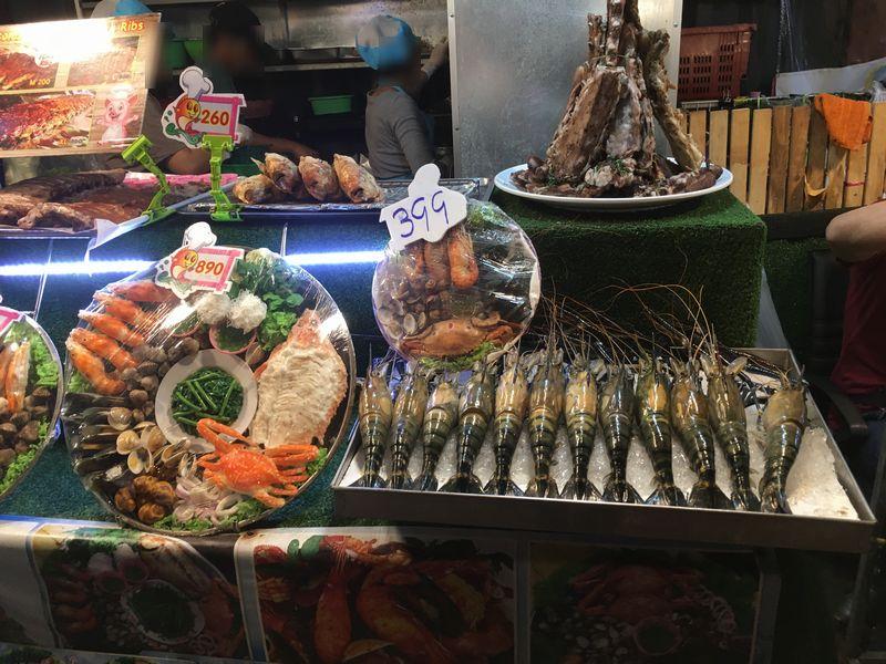 タイ バンコク ナイトマーケット タラート・ロットファイ・ラチャダー 屋台 海鮮 エビ