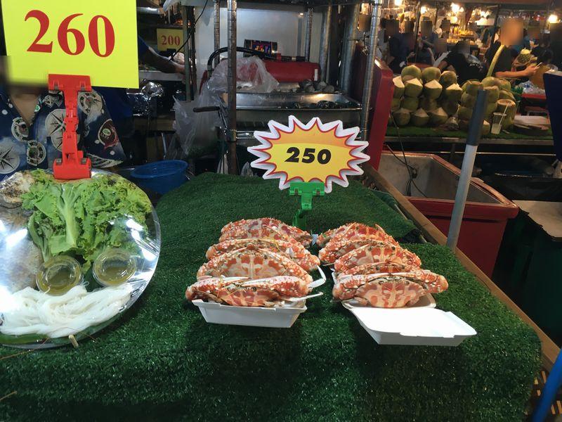タイ バンコク ナイトマーケット タラート・ロットファイ・ラチャダー 屋台 カニ