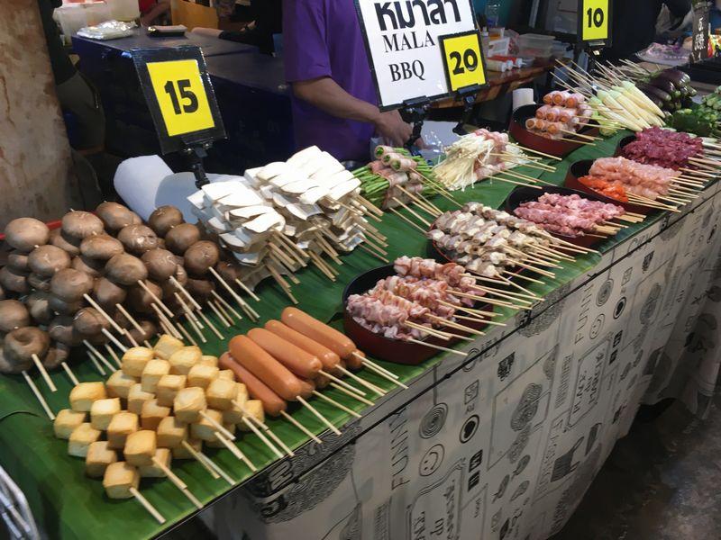 タイ バンコク ナイトマーケット タラート・ロットファイ・ラチャダー 屋台 串
