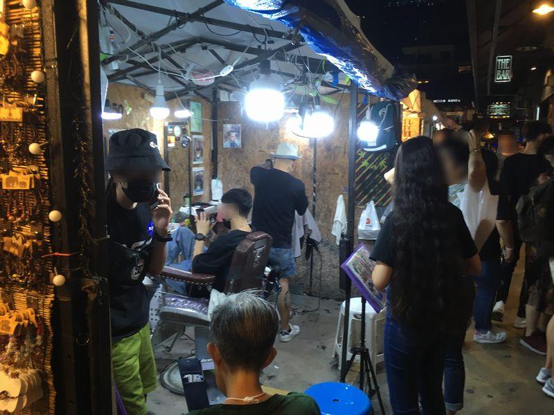 タイ バンコク ナイトマーケット タラート・ロットファイ・ラチャダー 屋台 散髪