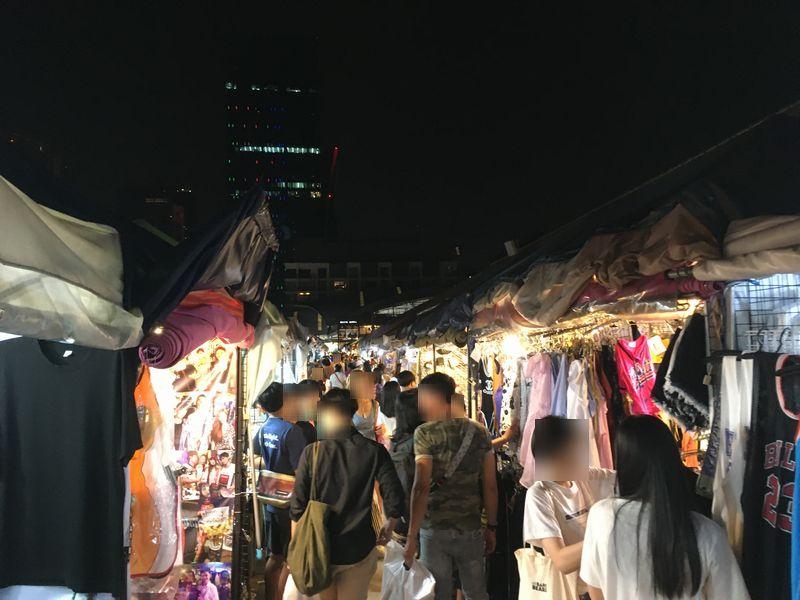 タイ バンコク ナイトマーケット タラート・ロットファイ・ラチャダー 屋台 服