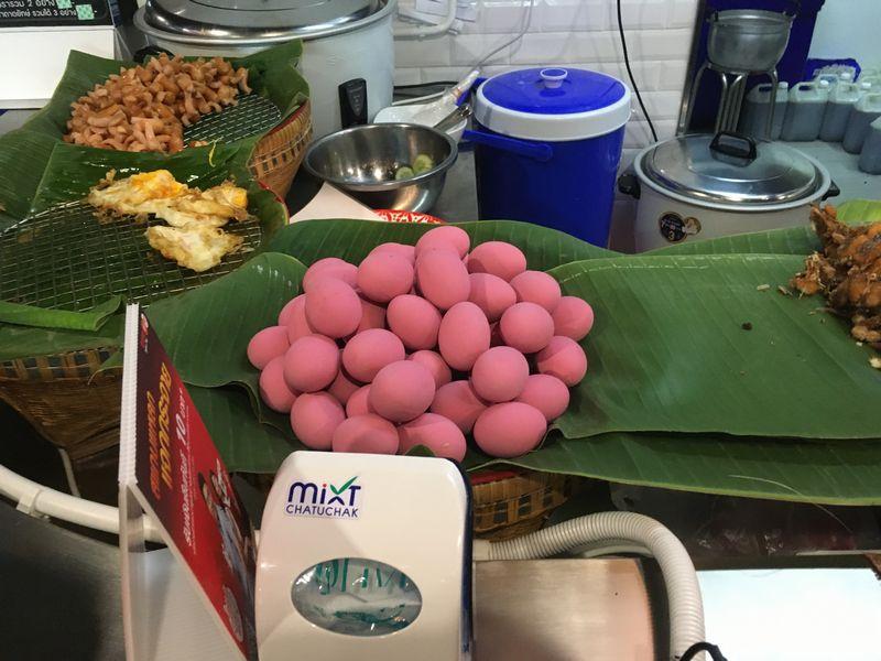 タイ バンコク Mixt Chatuchak フードコート ピンク色の卵 ピータン