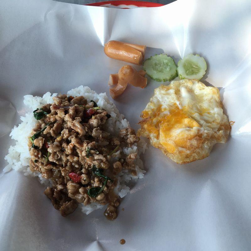タイ バンコク Mixt Chatuchak フードコート ガパオライス