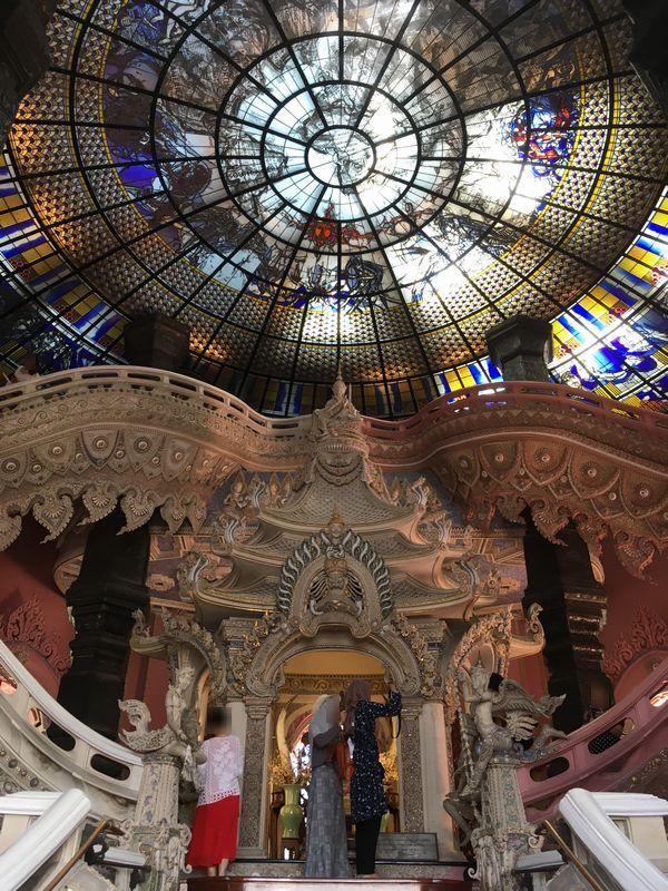 タイ エラワンミュージアム 天井 ステンドグラス 階段