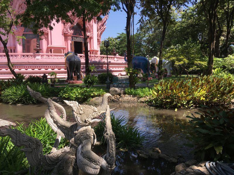 タイ エラワンミュージアム 池 石像