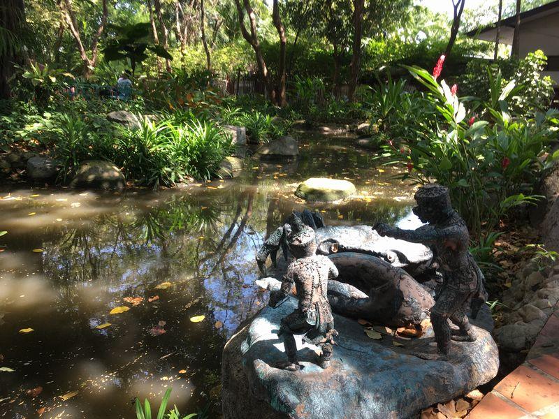タイ エラワンミュージアム 池 石像 カニ