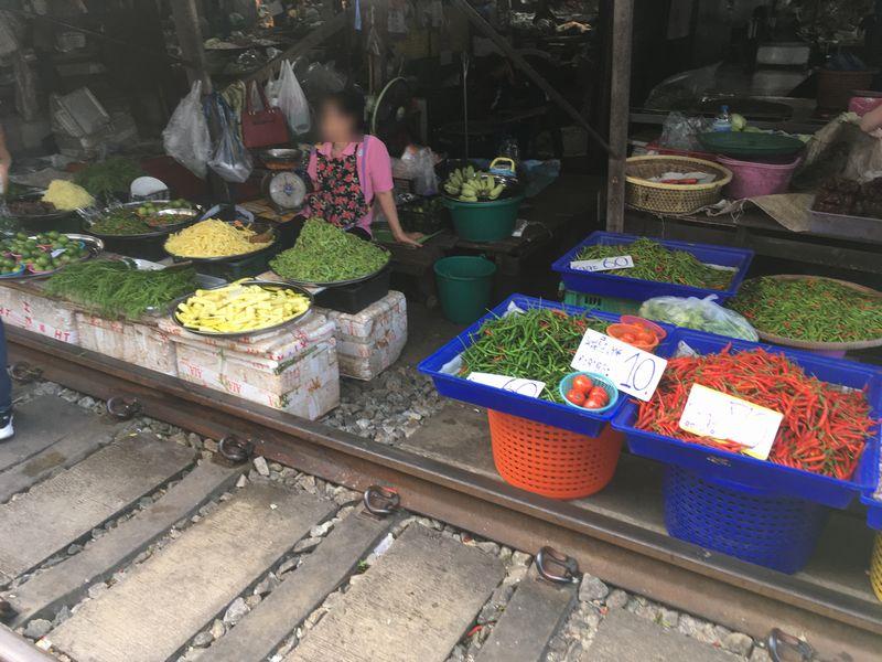 タイ メークロン線路市場 屋台 野菜