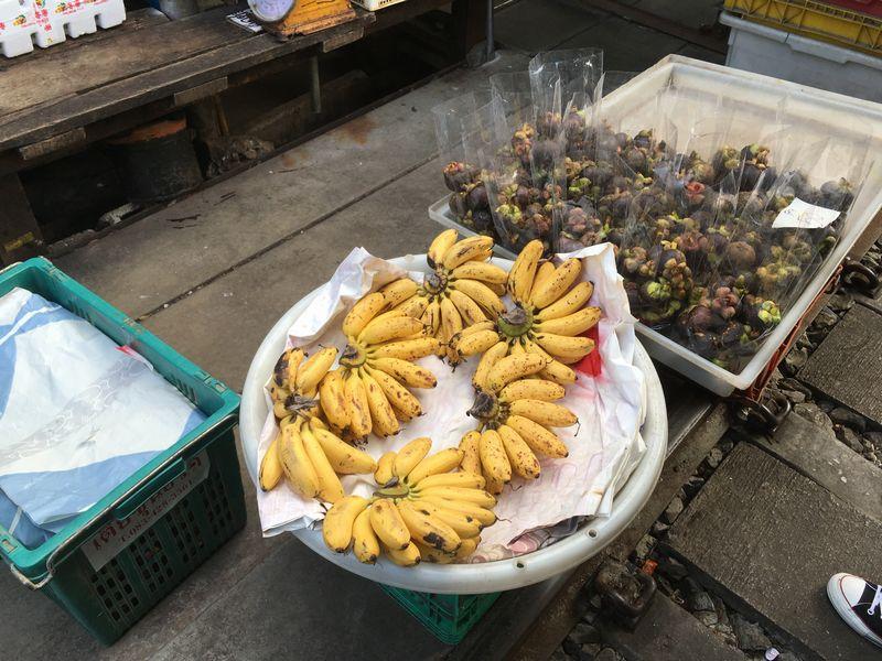 タイ メークロン線路市場 屋台 バナナ