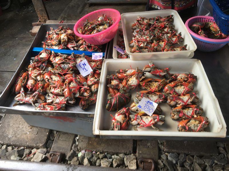 タイ メークロン線路市場 屋台 カニ