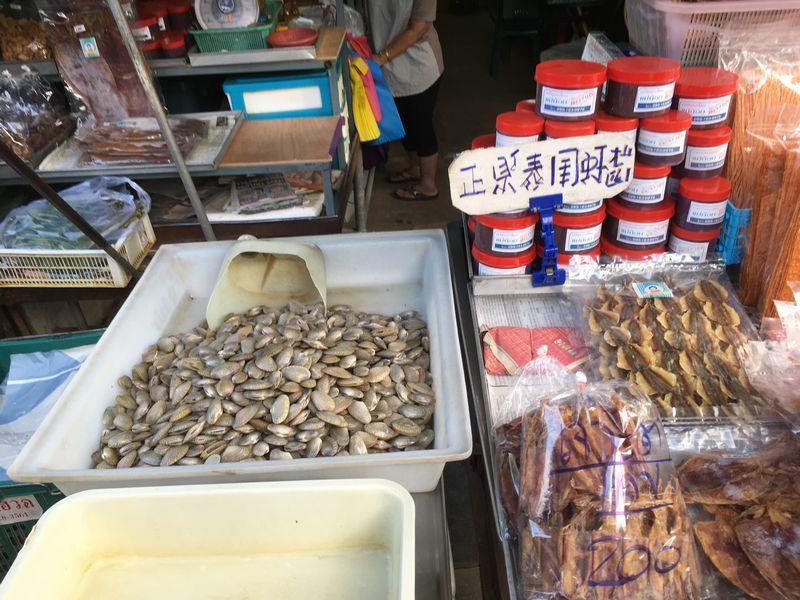 タイ メークロン線路市場 屋台 貝