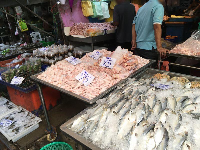 タイ メークロン線路市場 屋台 魚
