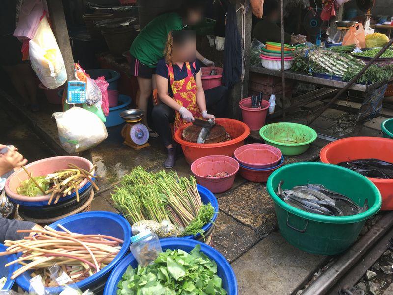 タイ メークロン線路市場 屋台 魚のさばき