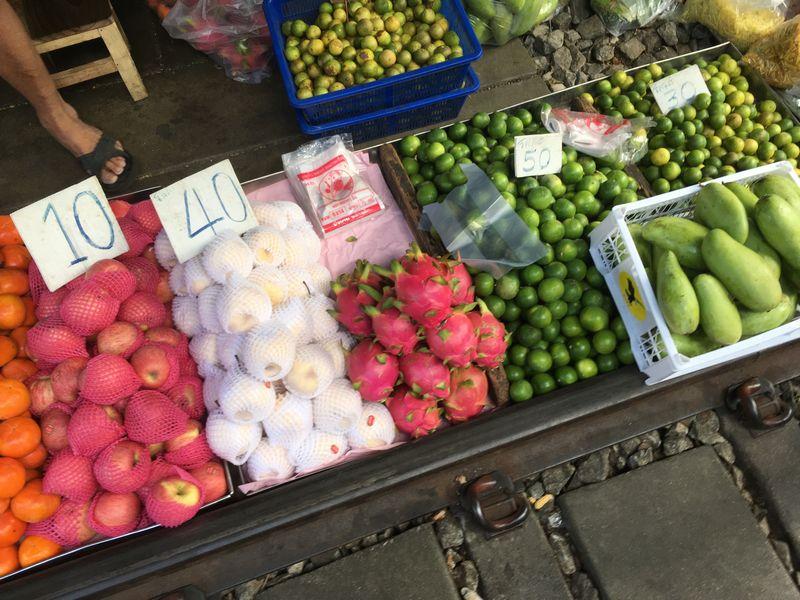 タイ メークロン線路市場 屋台 果物 フルーツ