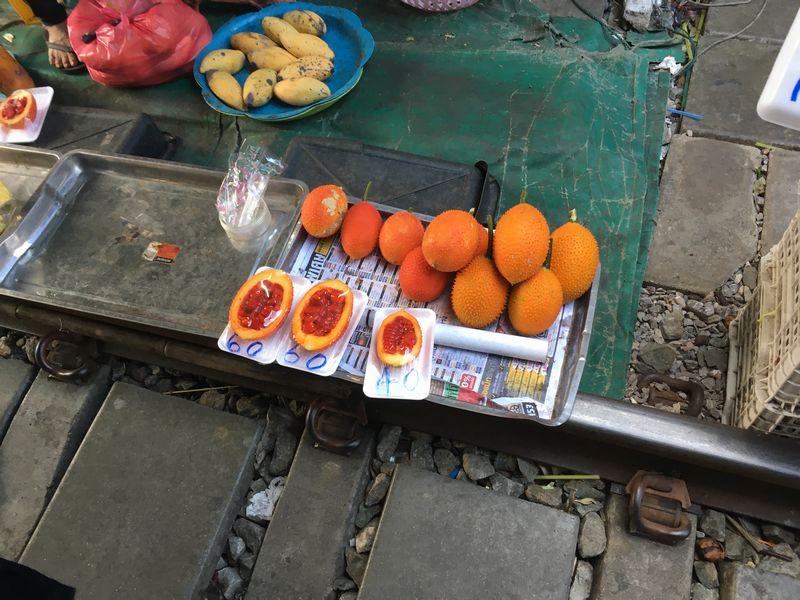 タイ メークロン線路市場 屋台 果物 ガックフルーツ ナンバンカラスウリ
