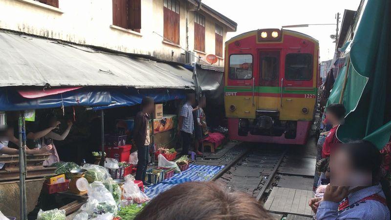タイ メークロン線路市場 電車 屋台