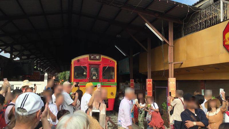 タイ メークロン線路市場 電車
