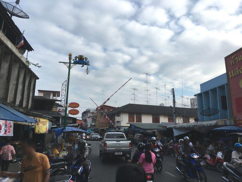 タイ メークロン線路市場 踏切
